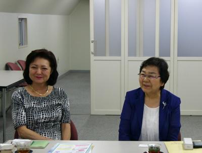 写真左が日本歯科衛生士会の武井典子新会長. 右は前会長の金澤紀子顧問
