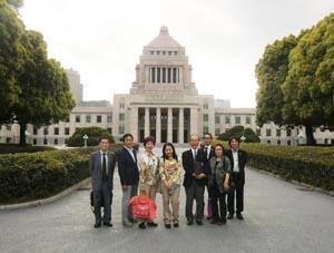 当協会参加役員全員による国会議事堂正面での記念撮影シーン